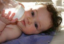 Cho trẻ dưới 6 tháng tuổi uống nước, nên hay không?