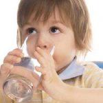 Bù nước điện giải cho trẻ cần hết sức lưu ý